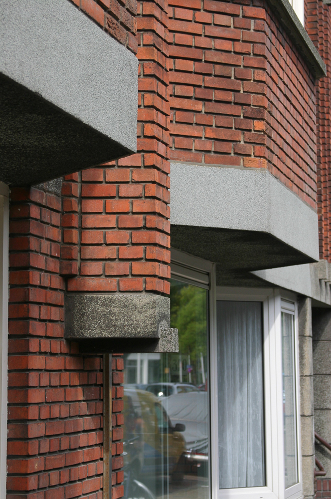 gevel detail met baksteen en beton Nieuwe Haagse School