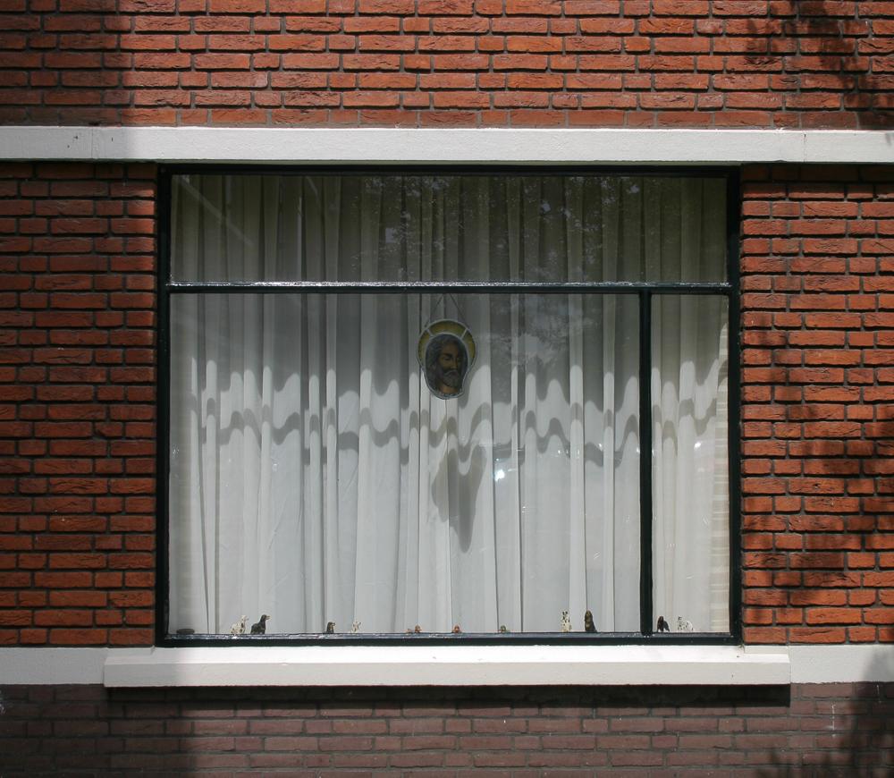 raamkozijn met beton en metselwerk nieuwe haagse school architectuur