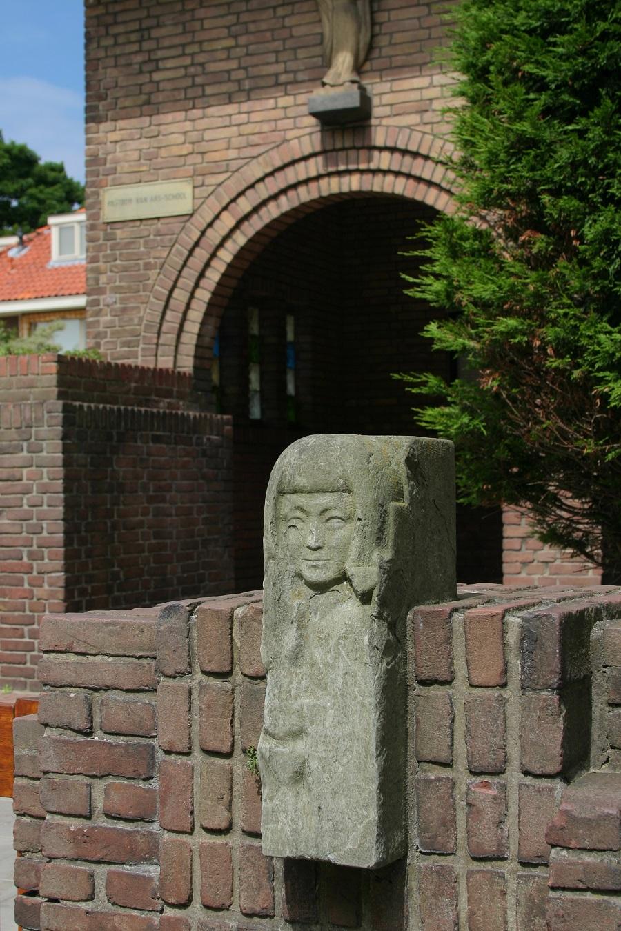 beeldhouwwerk de Pastoor Van Arsschool vogelwijk